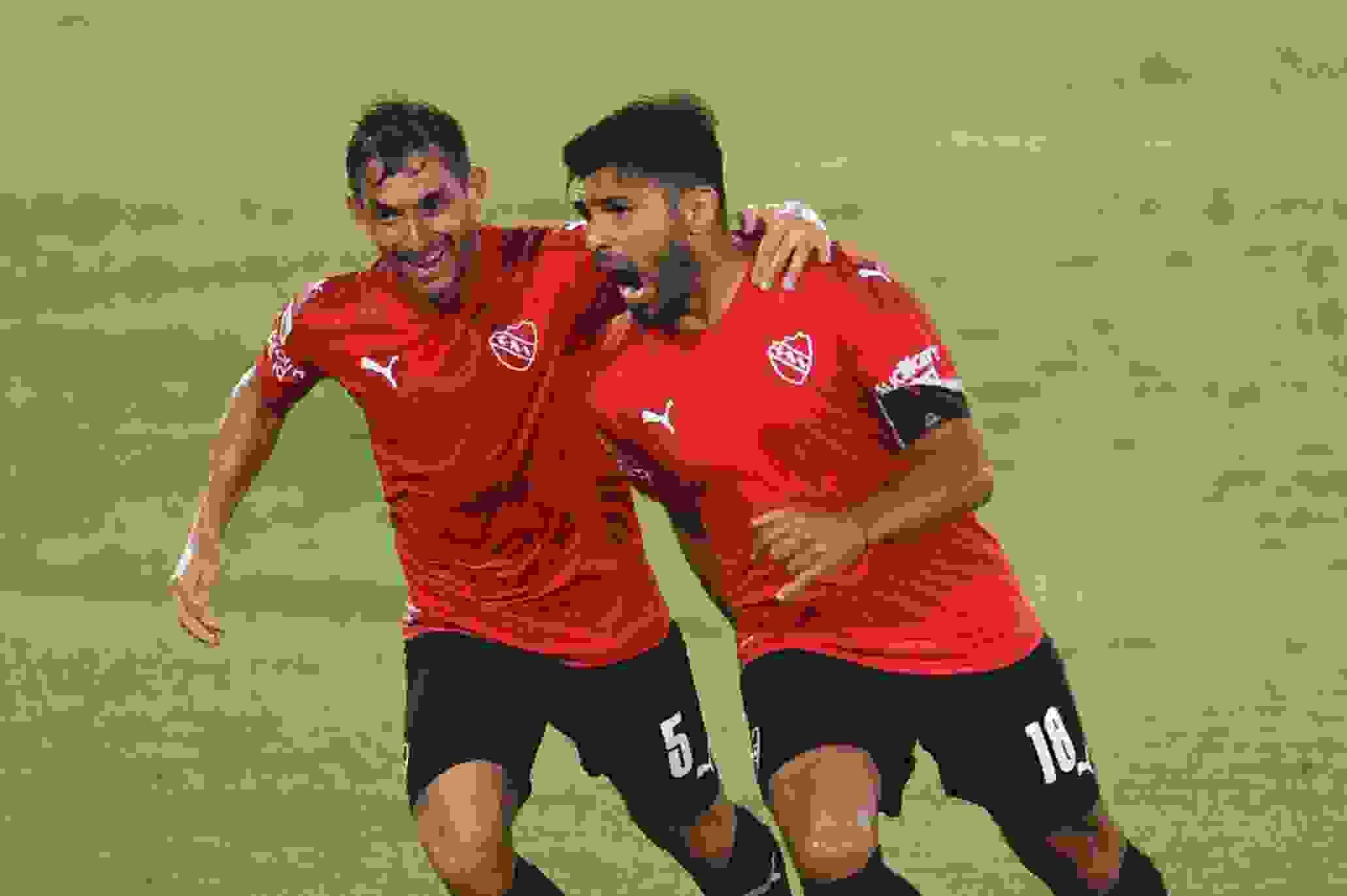 Silvio Romero gritando uno de sus goles ante Sarmiento
