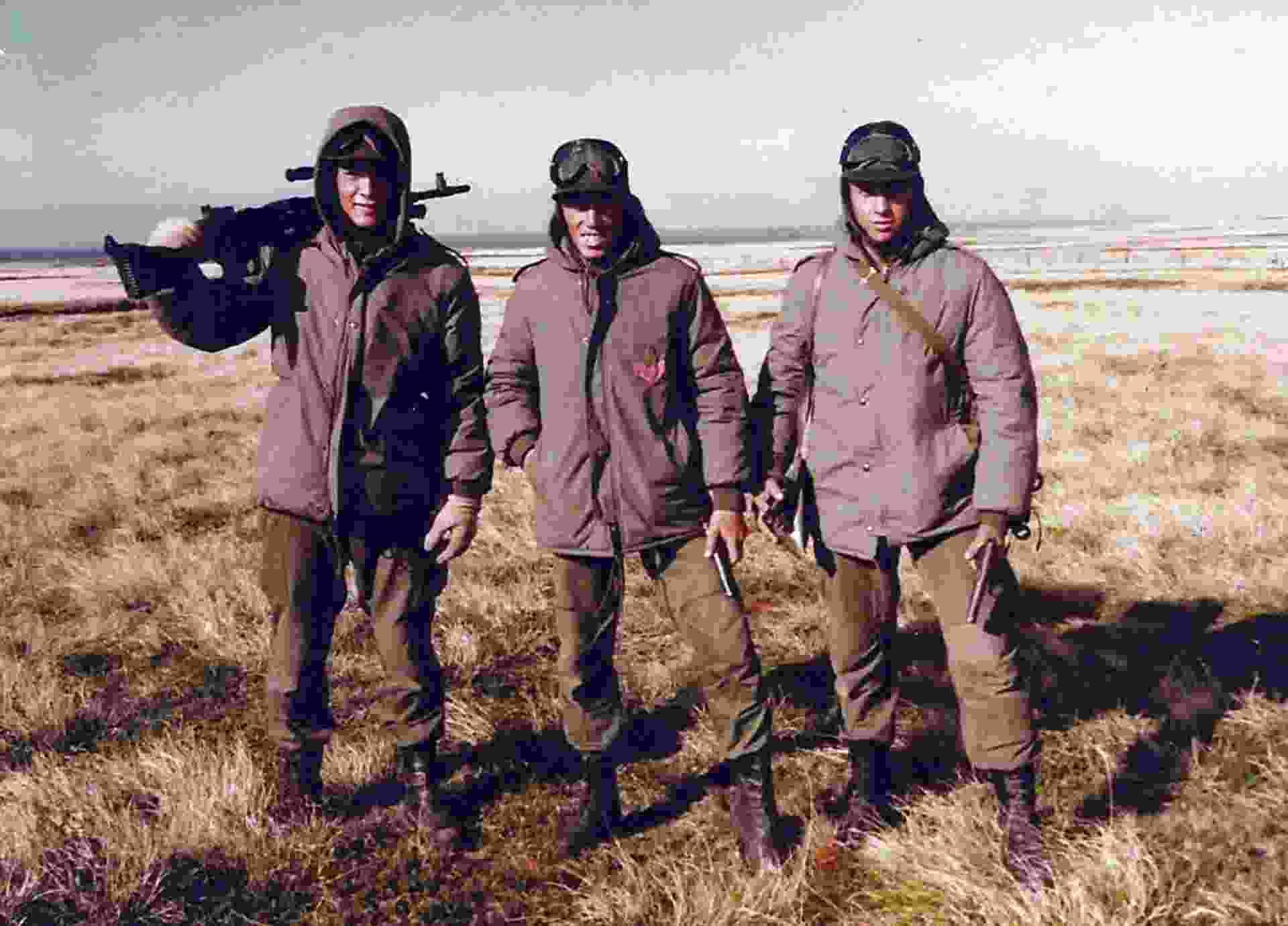 Omar de Felippe con su arma en la guerra de Malvinas