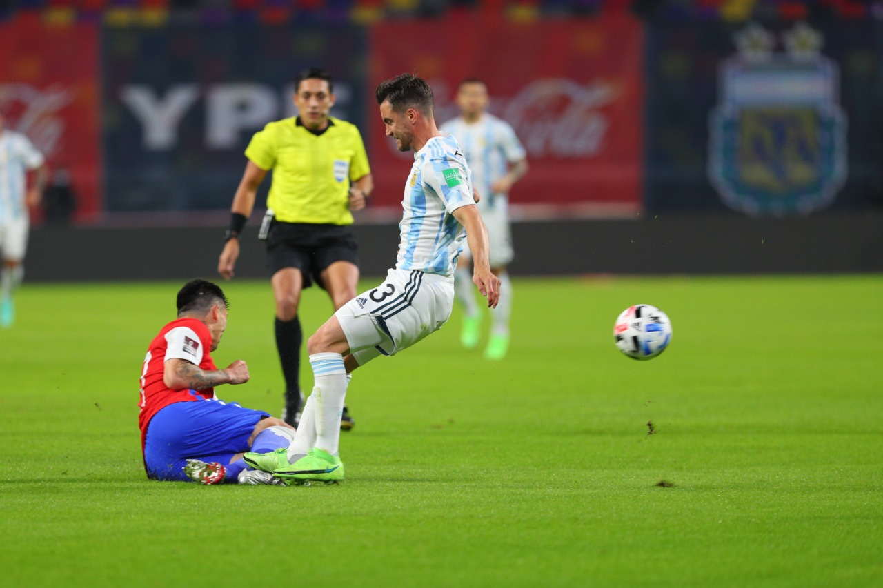 Nicolás Tagliafico yendo a disputar la pelota como si fuera la última.
