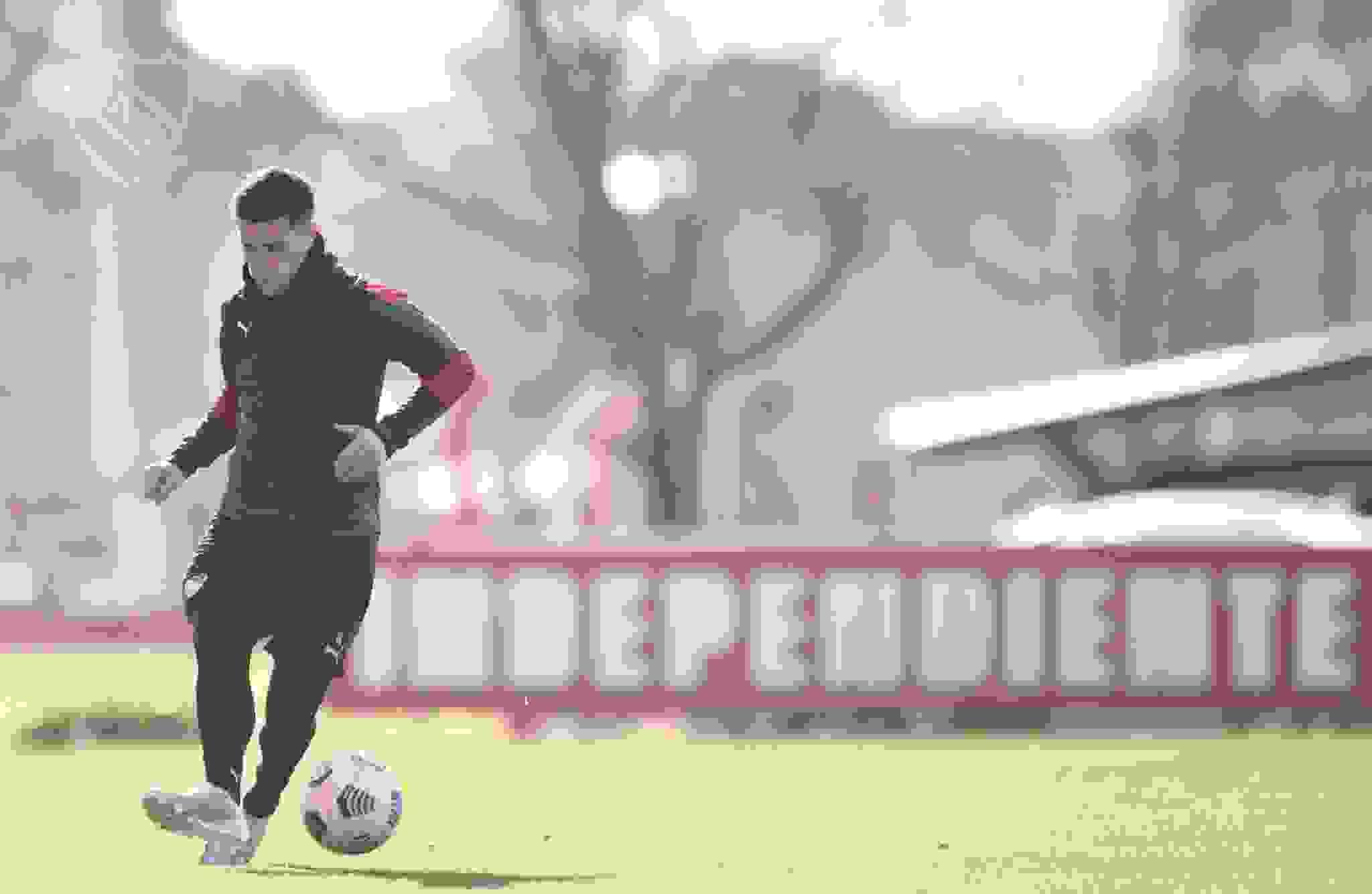 En Villa Domínico, Fabricio Bustos se prepara para el duelo entre Independiente y Santos.