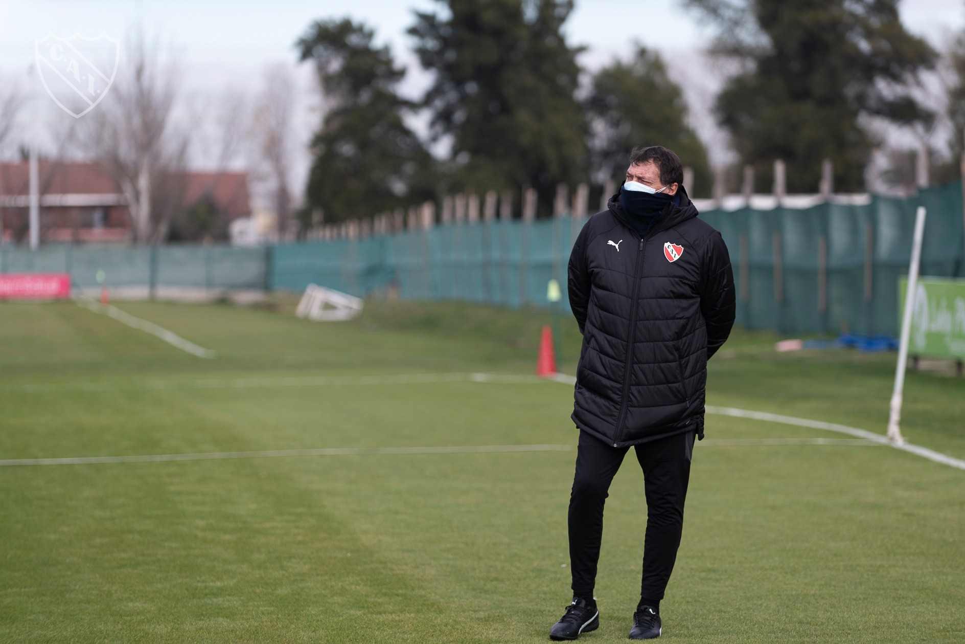 Julio César Falcioni sabe bien de las dificultades de todos los clubes para incorporar futbolistas.