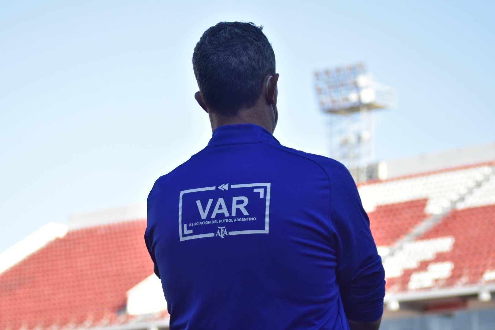 El VAR volvió a hacer lo suyo y decidió expulsar a Insaurralde en una jugada dónde no existió la falta.