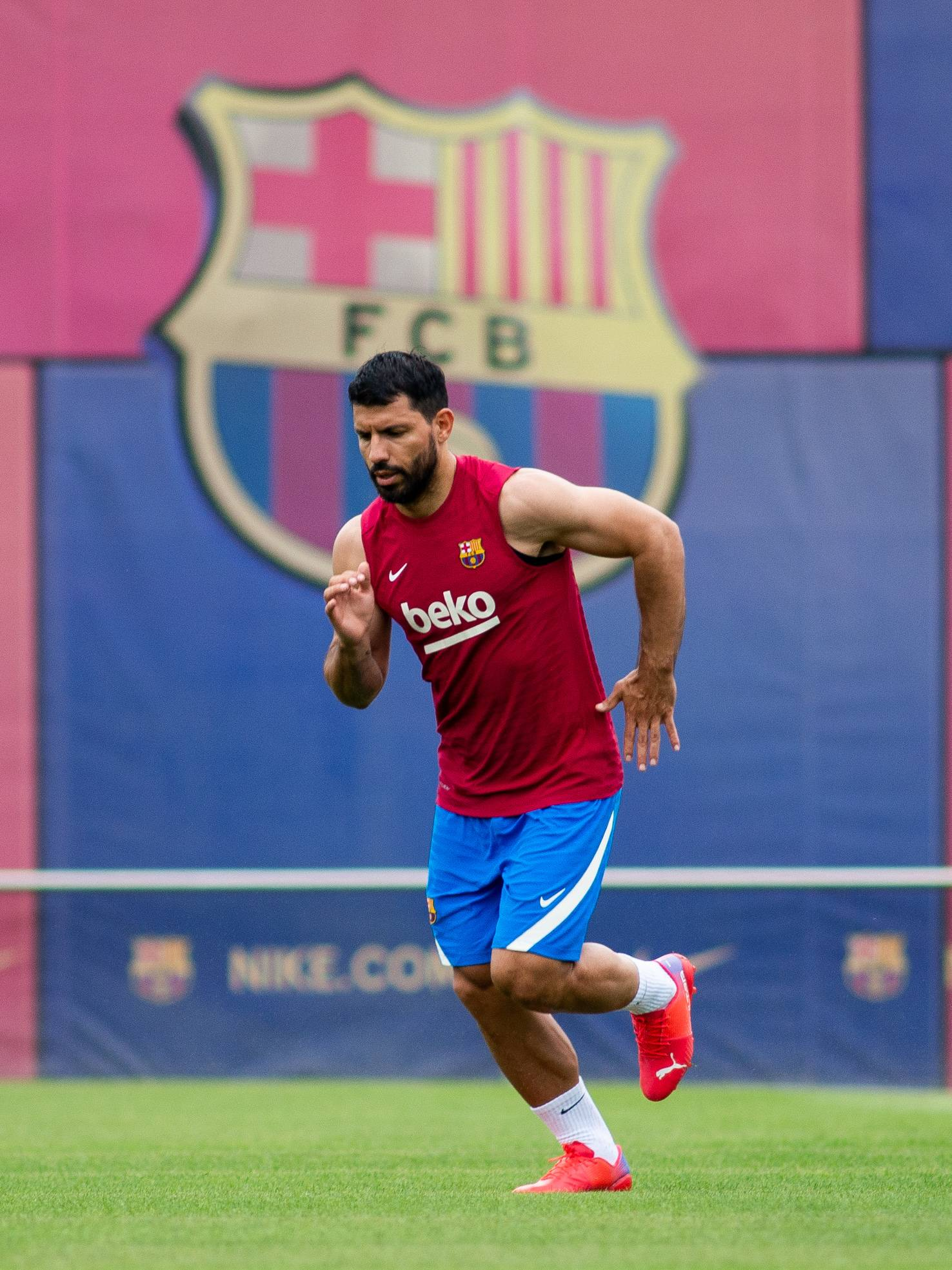 A pesar de que llegó en este mismo mercado de pases, el Kun Agüero podría dejar Barcelona en cualquier momento.