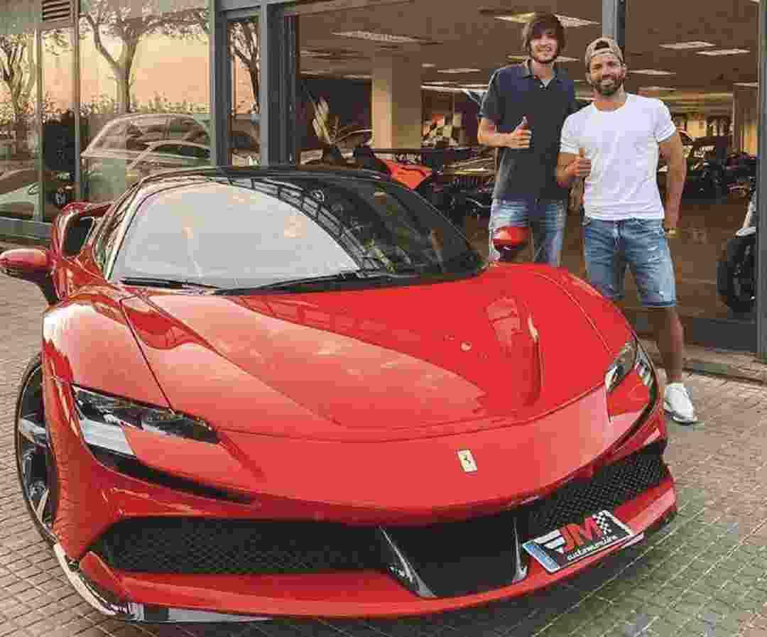 El Kun Agüero y su nueva Ferrari