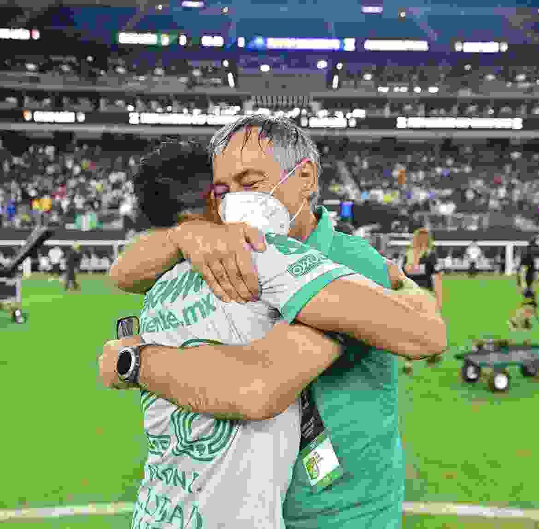 Ariel Holan y un abrazo emotivo. El entrenador fue clave en este título del Club León.