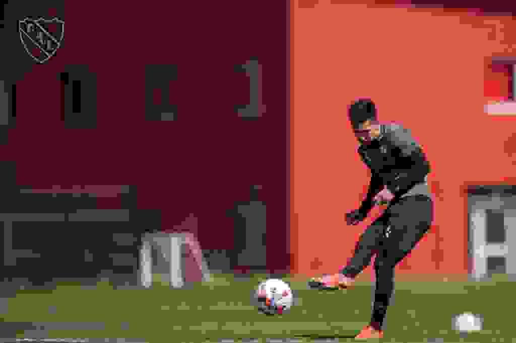 Alan Velasco se prepara en Villa Domínico. Independiente recibirá a Lanús tratando de superarlo y quedarse con la punta del torneo.