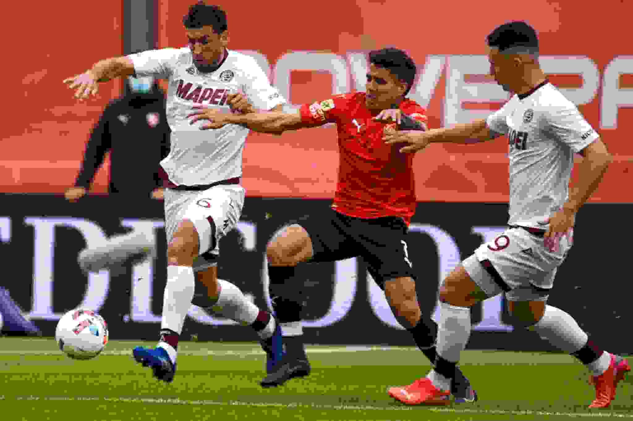 Andrés Roa jugó solo la primera parte y Falcioni debió sacarlo producto de una molestia muscular.