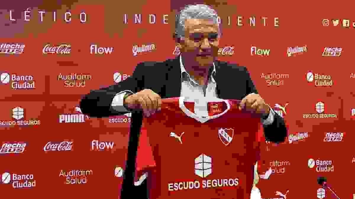 Jorge Burruchaga tuvo un breve paso como Mánager del club. Hoy, desde afuera, valora mucho la labor de Julio César Falcioni como nuestro entrenador.